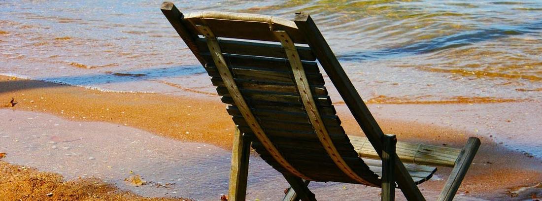 Silla de madera junto a la orilla del mar