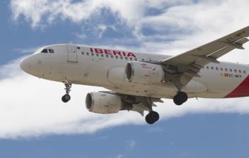 Avión de Iberia sobrevolando el cielo
