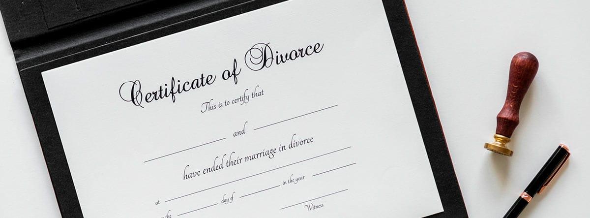 """Carpeta con papeles en los que pone """"Certificate of Divorce"""""""
