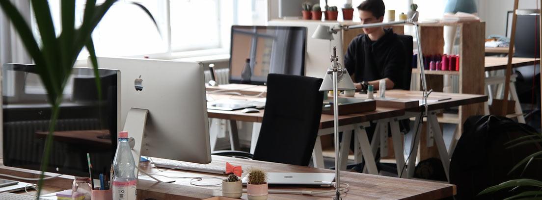 Mesa vacía en una oficina