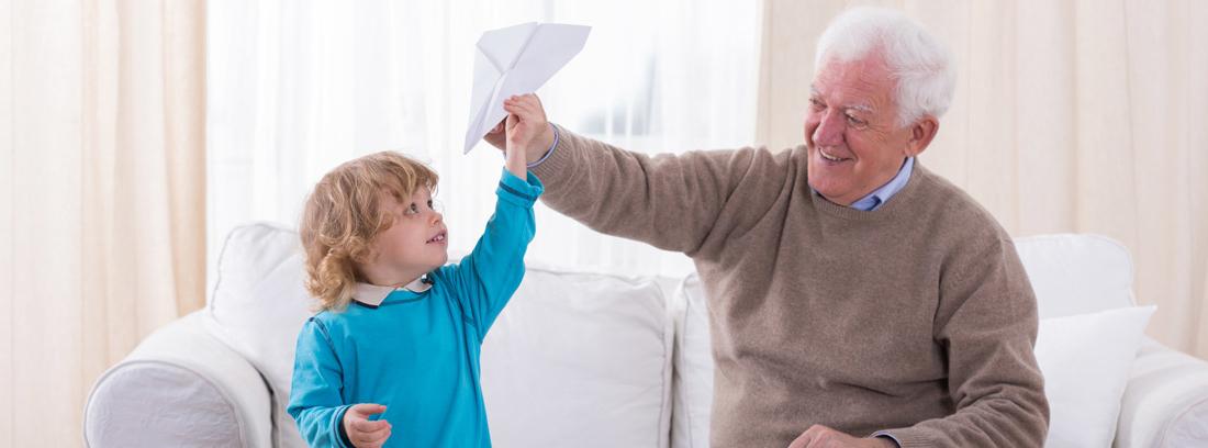 Niño y persona mayor jugando con aviones de papel