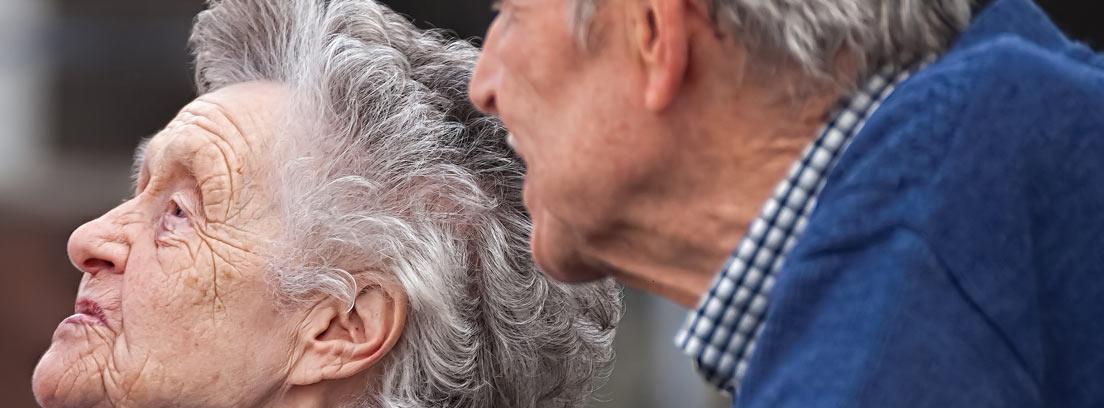 Primer plano de una pareja de ancianos de perfil
