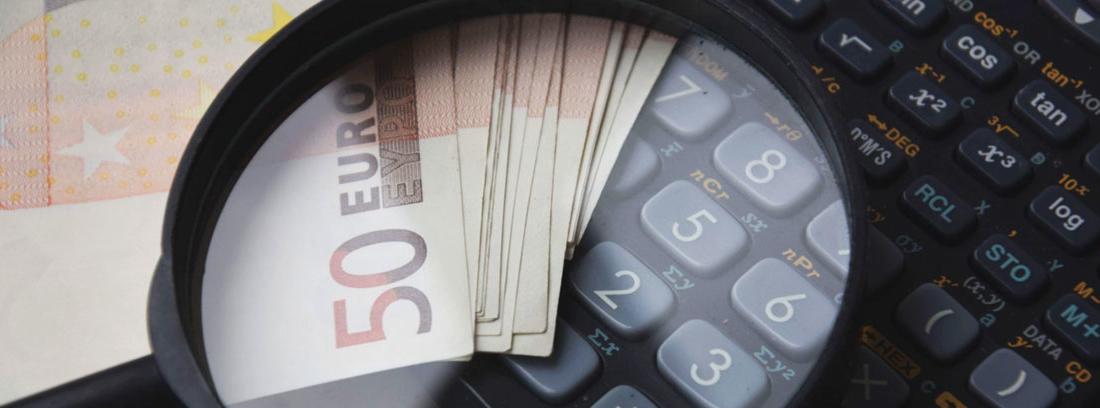 Bajo lupa calculadora y billetes de 50 euros