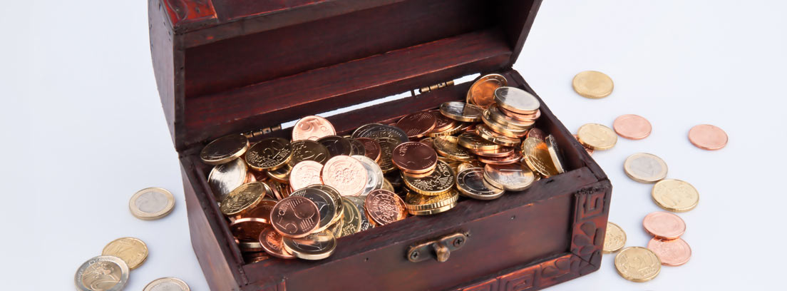 Cofre con monedas como metáfora del impacto económico que tendrán los cambios en el impuesto de sucesiones en Andalucía a las arcas del Estado