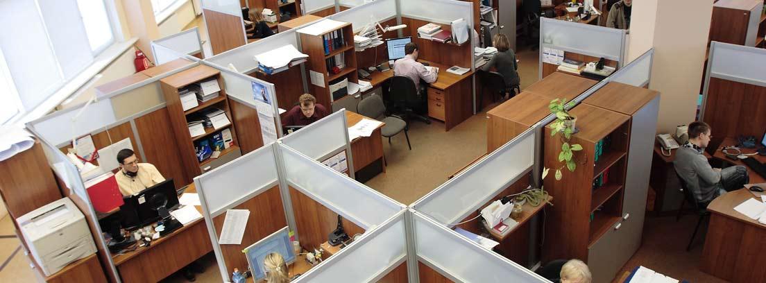 Vista desde arriba de una oficina con personas trabajando