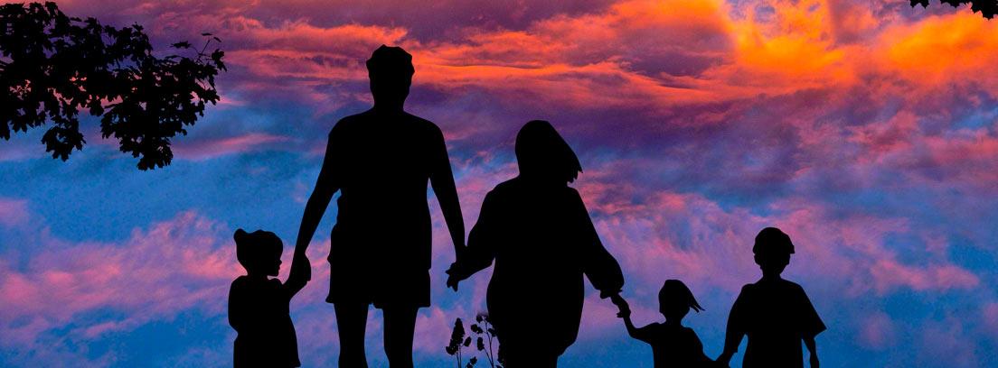 Silueta de una familia de dos progenitores y tres hijos con nubes al fondo