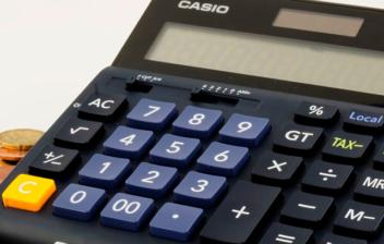 Calculadora sobre monedas y billetes de euro