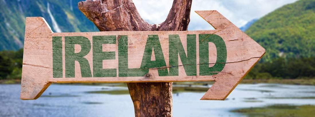 Señal de dirección en madera en la que pone Ireland