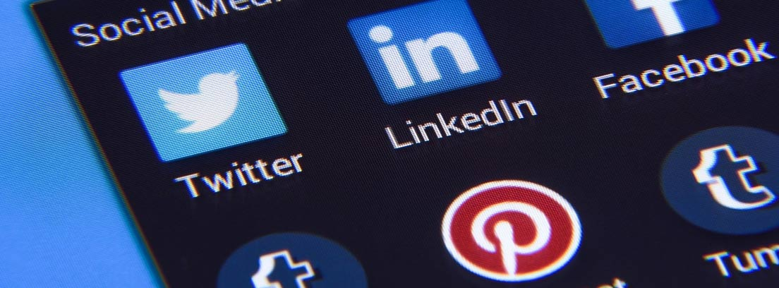 Teléfono en el que se muestra el icono de Linkedin para buscar trabajo