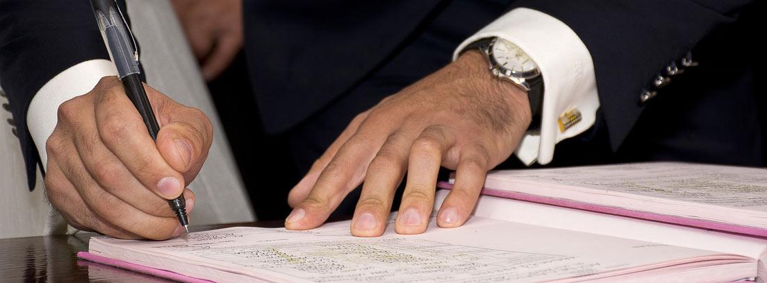 Hombre de traje firmando