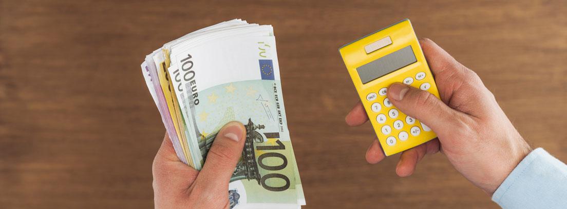 Hombre con dinero en una mano y calculadora en la otra