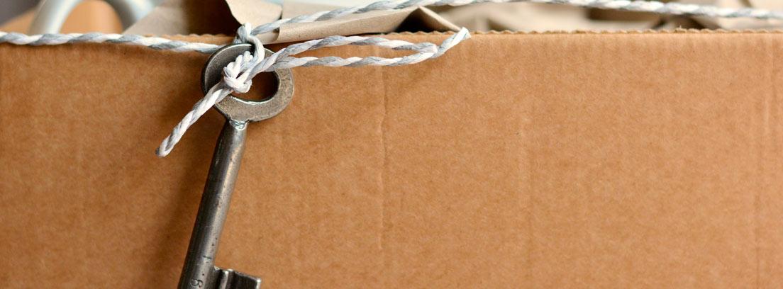 Caja de cartón con tazas y una llave