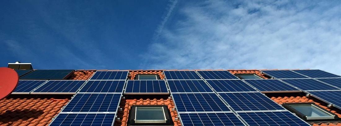 Tejado de casa con paneles solares para mejor eficiencia energética