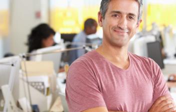 Hombre feliz en una oficina