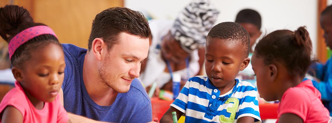 Voluntario dando clase a niños