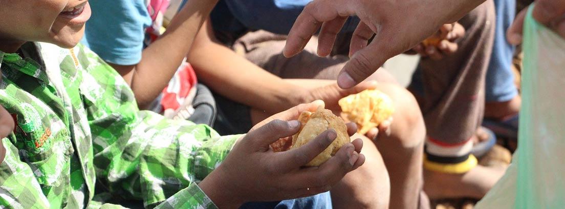 Voluntario repartiendo alimentos a los niños