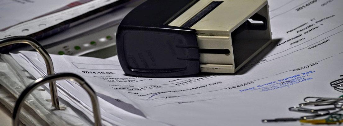 Sello sobre un fichero con papeles