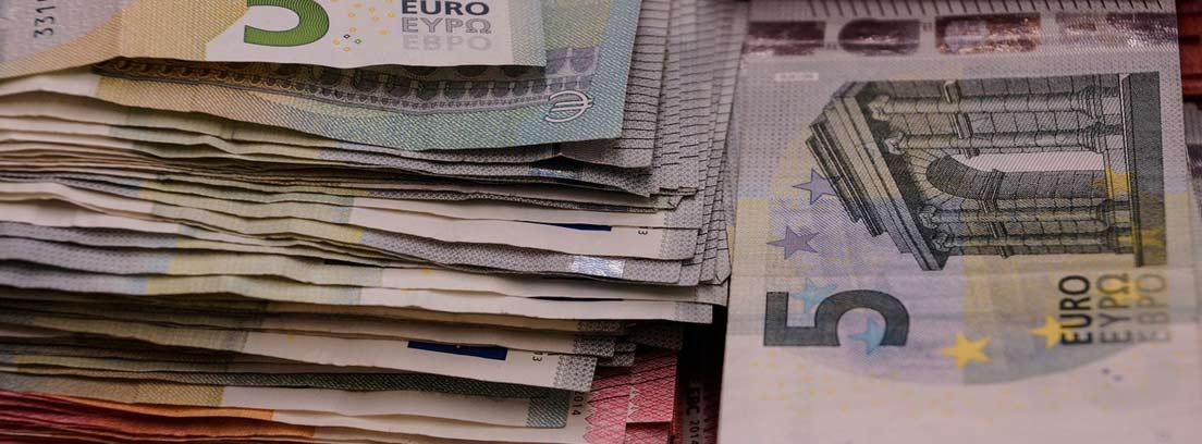 Varios billetes de euro apilados