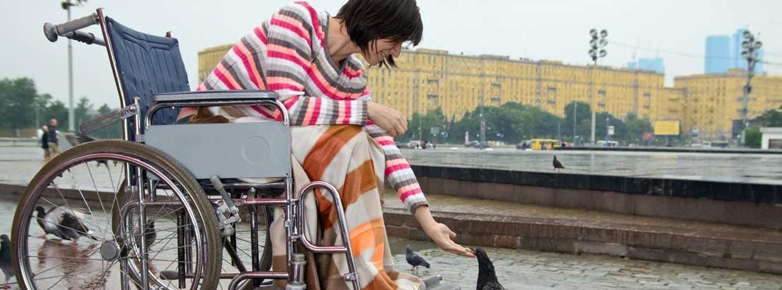 Mujer en silla de ruedas con incapacidad permanente