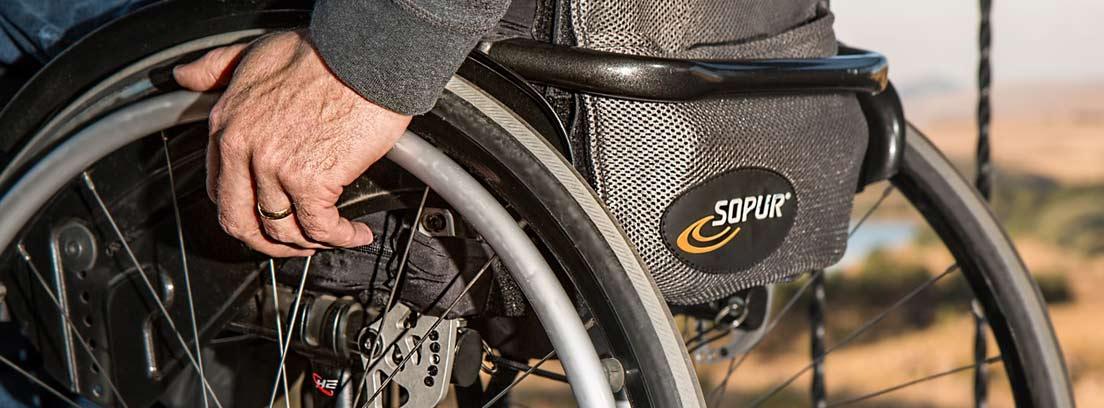 Parte inferior de silla de ruedas ocupada por una persona