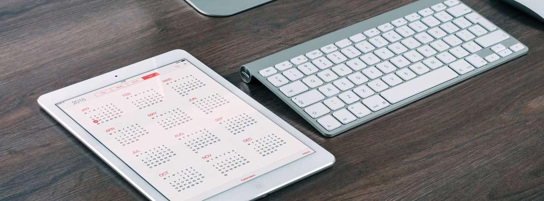 Teclado de ordenador junto a un calendario con el plazo de contestación del paro