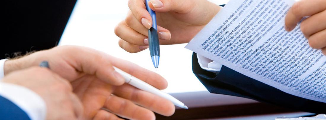Dos personas firmando