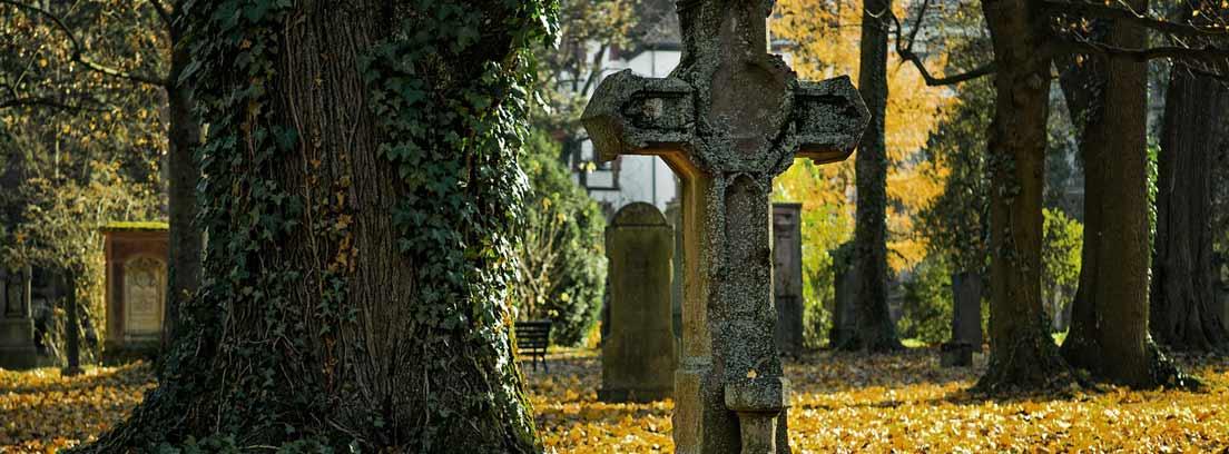 Cruz de piedra en un cementerio
