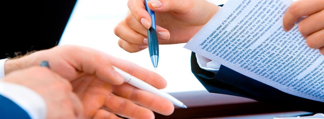 Dos personas negociando con folios