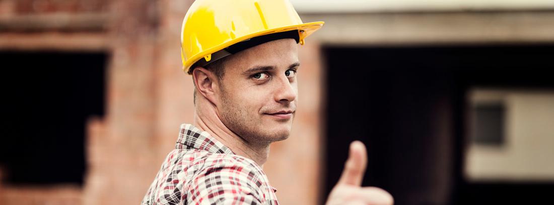 Constructor indicando que todo va bien en una obra