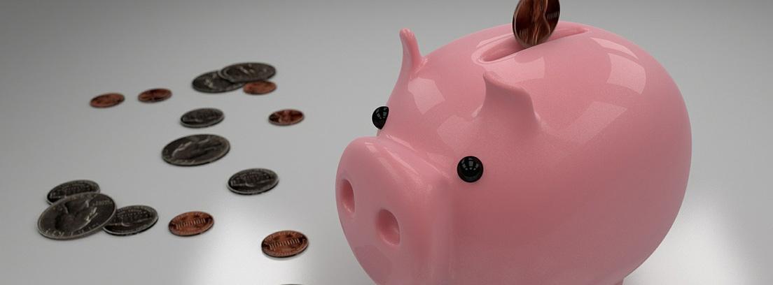 Hucha de cerdo rosa con monedas