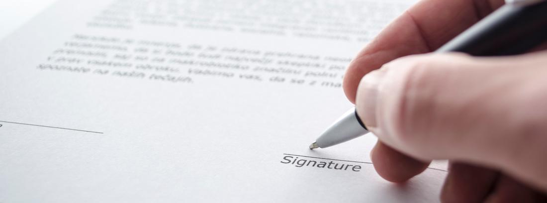 Mano firmando un contrato