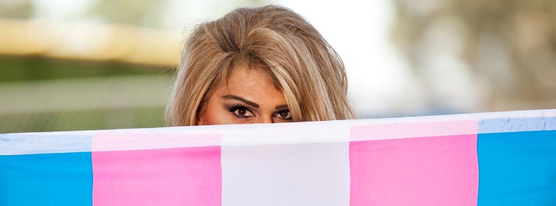 Ojos de mujer tras una bandera trans