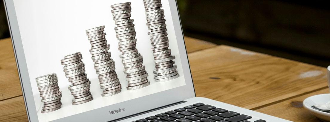 Ordenador personal con varias columnas de monedas en orden ascendente en la pantalla
