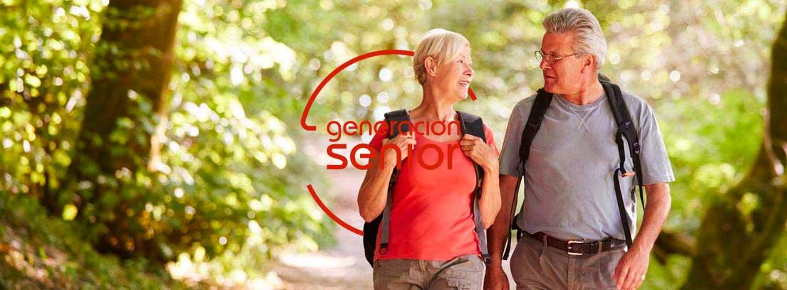 Actividad física, caminar: pareja caminando por el campo