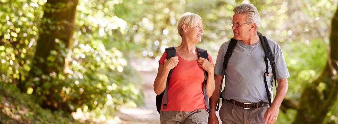 Dos personas realizando senderismo en la naturaleza