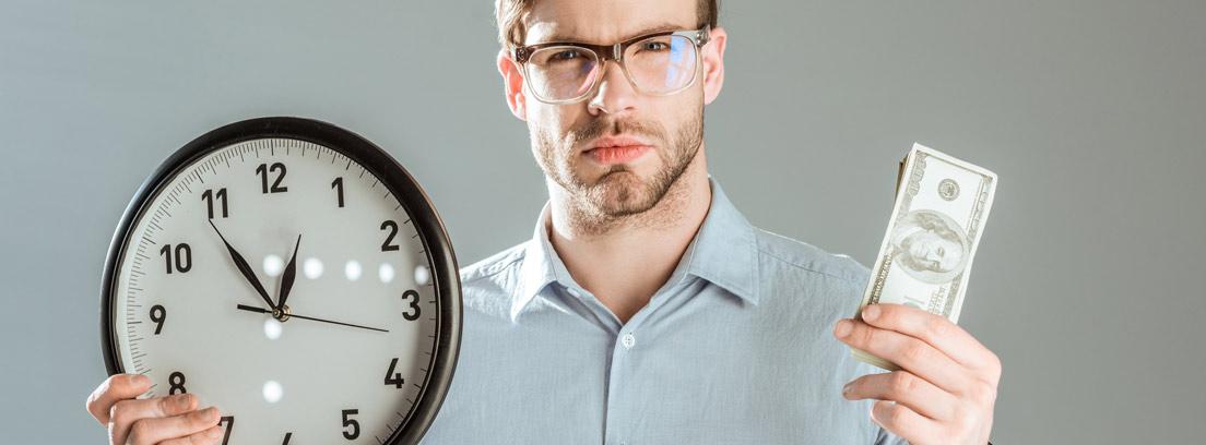 Hombre con gafas y gesto serio sujetando un reloj en una mano y unos billetes en la otra