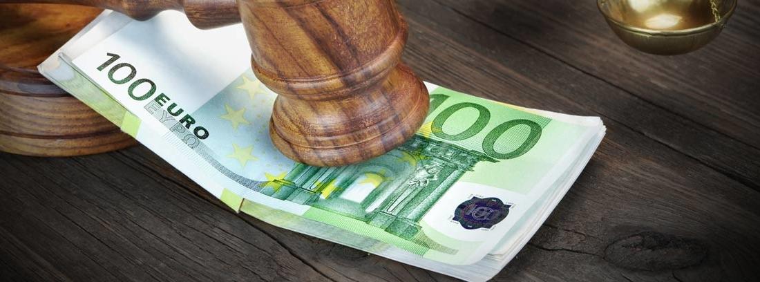 Mazo de juez sobre un fajo de billetes de Euro