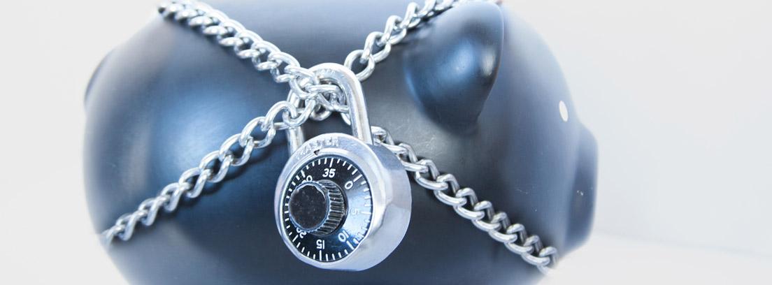Hucha con una cadena y un candado