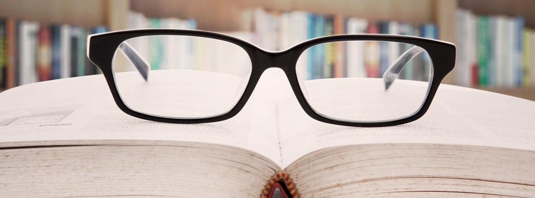 Gafas sobre un libro de educación financiera abierto
