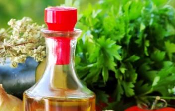 Botella de aceite de oliva, tomate y otros productos de dieta mediterránea