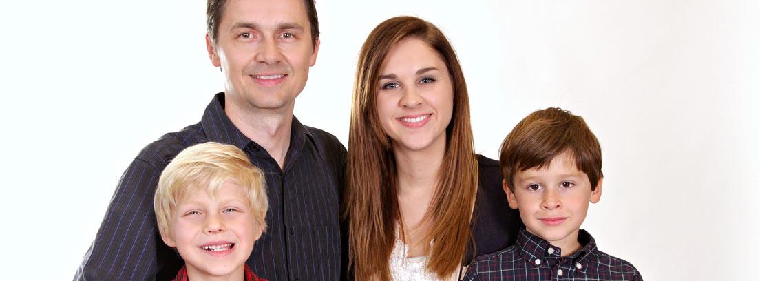 Familia compuesta por unos padres y dos hijos