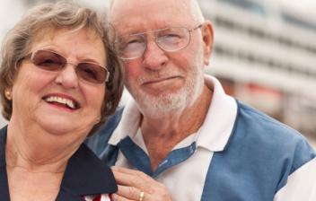 Jubilados sonrientes junto a un crucero