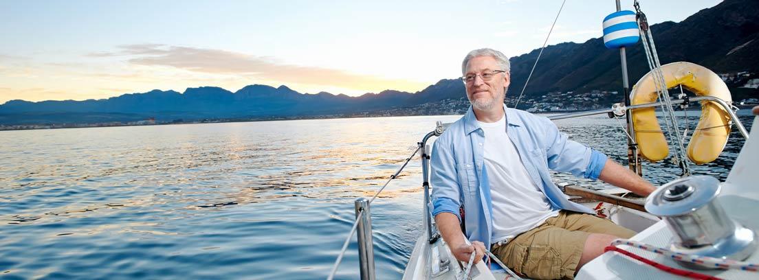 Jubilado navegando en un barco