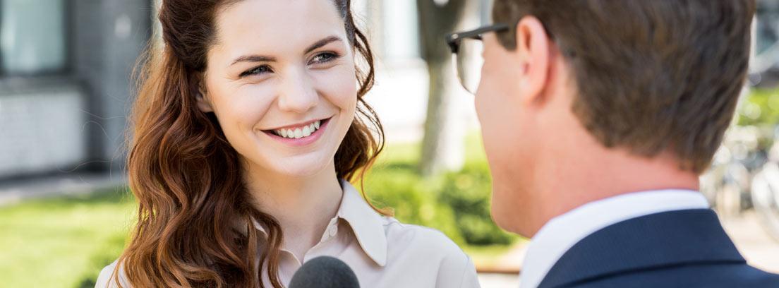 Periodista haciendo una entrevista