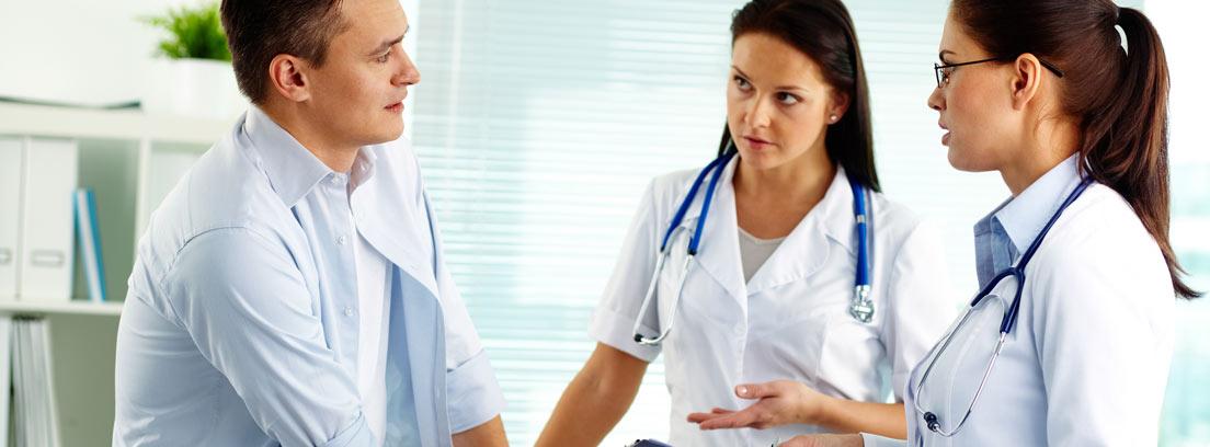 Dos médicos revisando a un paciente