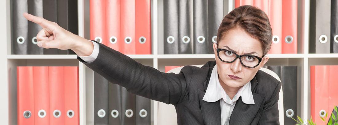 Mujer enfadada señalando