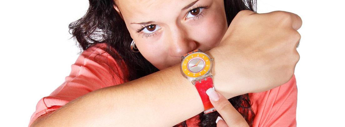Mujer enfadada señalando su reloj