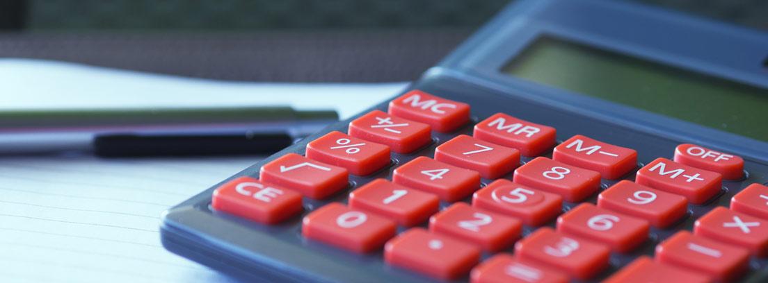 Calculadora, papeles y boli