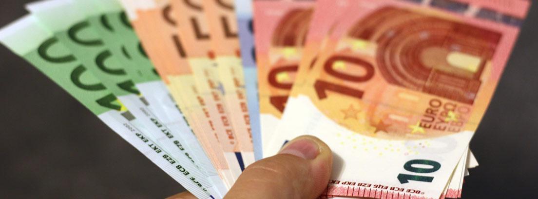Mano extendiendo unos billetes de Euro