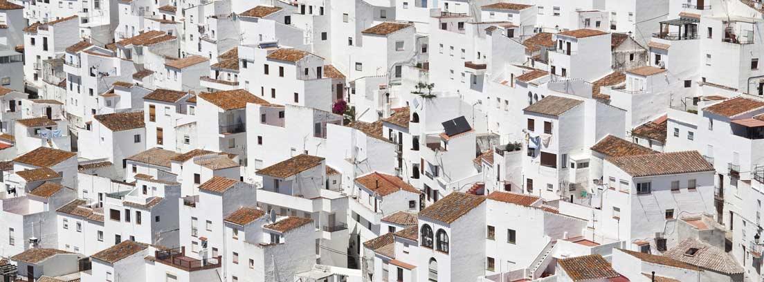 Edificios de una ciudad pintados de blanco